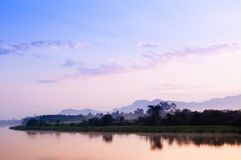 Όμορφη ήρεμη σκηνή ποταμών το βράδυ ή το πρωί με το θερμό s Στοκ εικόνα με δικαίωμα ελεύθερης χρήσης