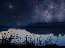 Όμορφη λίμνη κάτω από τα αστέρια Στοκ Φωτογραφία