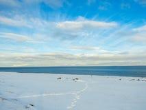Όμορφη λίμνη με το μπλε ουρανό κατά τη διάρκεια του χειμώνα στην Ισλανδία Στοκ Εικόνα