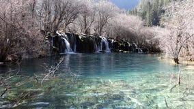 Όμορφη λίμνη με το watefall στο jiuzhaigou απόθεμα βίντεο