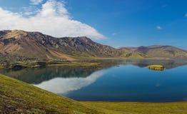 Όμορφη λίμνη στα βουνά κατά τη διάρκεια της ηλιόλουστης ημέρας, Landmannalaugar, Ισλανδία Στοκ Εικόνες
