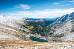 Όμορφη λίμνη στα χειμερινά βουνά Στοκ Εικόνες