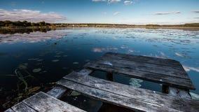 Όμορφη λίμνη τοπίων χρονικού σφάλματος και ξύλινη γέφυρα φιλμ μικρού μήκους