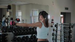 Όμορφη αθλητική γυναίκα που κάνει μια στάση αλτήρων απόθεμα βίντεο