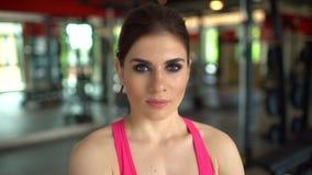 Όμορφη αθλητική γυναίκα που φαίνεται κεκλεισμένων των θυρών Πορτρέτο του θηλυκού κοριτσιού αθλητικών εκπαιδευτών Η έννοια του αθλ απόθεμα βίντεο