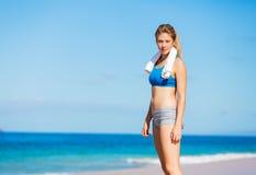 Όμορφη αθλητική γυναίκα στην παραλία στοκ εικόνες με δικαίωμα ελεύθερης χρήσης