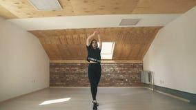 Όμορφη αθλητική μόδα χορού κοριτσιών και πηδώντας απόμακρη πιθανότητα φιλμ μικρού μήκους