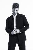Όμορφη αθλητική αρσενική πρότυπη τοποθέτηση bodybuilder στο στούντιο Έκφραση στη κάμερα όμορφο κοστούμι επιχειρ&et Στοκ Εικόνα