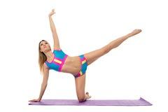 Όμορφη αθλητική γυναίκα που κάνει pilates την άσκηση Στοκ Φωτογραφία