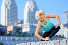 Όμορφη αθλητική γυναίκα που στέκεται στο γόνατο Στοκ Φωτογραφίες