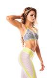Όμορφη αθλητική θηλυκή τοποθέτηση στο άσπρο υπόβαθρο στοκ εικόνα
