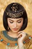 Όμορφη αιγυπτιακή γυναίκα όπως την Κλεοπάτρα στο χρυσό υπόβαθρο Στοκ φωτογραφίες με δικαίωμα ελεύθερης χρήσης