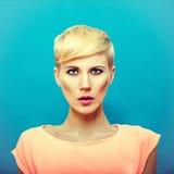 Όμορφη αισθησιακή γυναίκα με το μοντέρνο hairstyle Στοκ Εικόνες