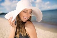Όμορφη αισθησιακή γυναίκα στο καπέλο που κοιτάζει κάτω Στοκ εικόνα με δικαίωμα ελεύθερης χρήσης