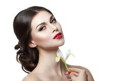 Όμορφη αισθησιακή γυναίκα σχετικά με το πρόσωπό της Ομορφιά και skincare έννοια Απομονωμένος πέρα από το λευκό Στοκ εικόνα με δικαίωμα ελεύθερης χρήσης