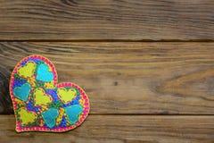 Όμορφη αισθητή διακόσμηση καρδιών για την ημέρα βαλεντίνων Διακόσμηση καρδιών Applique που απομονώνεται σε ένα ξύλινο υπόβαθρο με Στοκ εικόνα με δικαίωμα ελεύθερης χρήσης