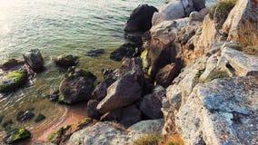 Όμορφη ακτή με τους θεαματικούς σχηματισμούς πετρών στη θάλασσα φιλμ μικρού μήκους