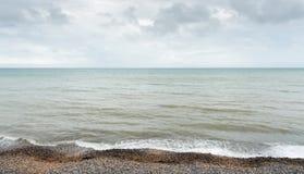 Όμορφη ακτή με το δραματικό νεφελώδη ουρανό Στοκ φωτογραφία με δικαίωμα ελεύθερης χρήσης