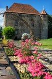 Όμορφη αλέα στο πάρκο με μια floral ρύθμιση των τριαντάφυλλων ν Στοκ Φωτογραφία