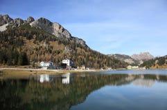 Όμορφη αλπική λίμνη στους δολομίτες Στοκ φωτογραφίες με δικαίωμα ελεύθερης χρήσης