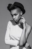 Όμορφη αμερικανική αφρικανική τοποθέτηση κοριτσιών Στοκ Φωτογραφία