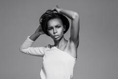 Όμορφη αμερικανική αφρικανική τοποθέτηση κοριτσιών Στοκ εικόνες με δικαίωμα ελεύθερης χρήσης