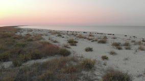 Όμορφη αμμώδης παραλία στο ηλιοβασίλεμα απόθεμα βίντεο