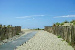 Όμορφη αμμώδης παραλία Espiguette κοντά στο Port-Camargue και LE Grau-du-Roi, η πιό άγρια παραλία στο Gard, Γαλλία στοκ εικόνες