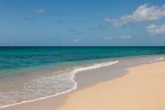 Όμορφη αμμώδης τροπική παραλία και ωκεάνιο Seascape Στοκ Εικόνα