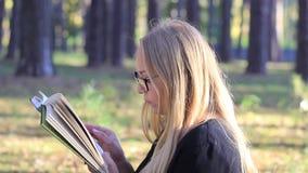 όμορφη ανάγνωση γυαλιών κ&omicro απόθεμα βίντεο