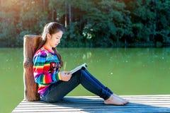 όμορφη ανάγνωση κοριτσιών βιβλίων Στοκ Φωτογραφίες