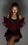 όμορφη ανάγνωση κοριτσιών βιβλίων Στοκ Εικόνα