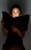 όμορφη ανάγνωση κοριτσιών βιβλίων Στοκ εικόνα με δικαίωμα ελεύθερης χρήσης