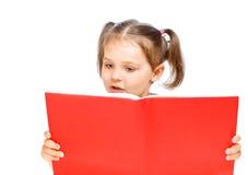 όμορφη ανάγνωση κοριτσιών βιβλίων Στοκ φωτογραφίες με δικαίωμα ελεύθερης χρήσης