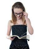 όμορφη ανάγνωση κοριτσιών βιβλίων Στοκ φωτογραφία με δικαίωμα ελεύθερης χρήσης