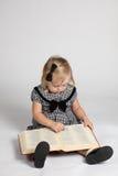 όμορφη ανάγνωση κοριτσιών β στοκ φωτογραφίες