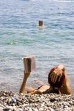 όμορφη ανάγνωση κοριτσιών Στοκ εικόνα με δικαίωμα ελεύθερης χρήσης