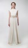 όμορφη αναδρομική φορώντας λευκή γυναίκα φορεμάτων στοκ εικόνες
