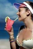 Όμορφη αναζωογόνηση γυναικών χαμόγελου στην παραλία Στοκ Εικόνες