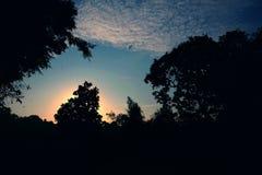 Όμορφη ανατολή με τον καταπληκτικό νεφελώδη ουρανό στοκ εικόνες