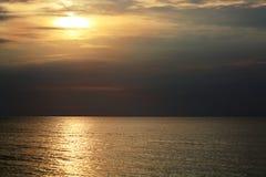 Όμορφη ανατολή πρωινού που απεικονίζεται σε έναν ήρεμο ωκεανό, υπόβαθρο Στοκ Εικόνα