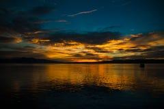 Όμορφη ανατολή στον ωκεανό με ένα δραματικό σύννεφο και έναν χρυσό ουρανό ανατολής Στοκ εικόνα με δικαίωμα ελεύθερης χρήσης