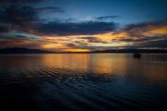 Όμορφη ανατολή στον ωκεανό με ένα δραματικό σύννεφο και έναν χρυσό ουρανό ανατολής Στοκ Εικόνες