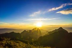 Όμορφη ανατολή στο βουνό σε Chiang Dao, Chiang Mai, Ταϊλάνδη Στοκ Εικόνες