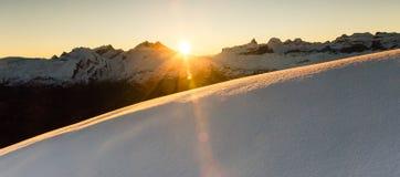 Όμορφη ανατολή στο χιονώδες τοπίο βουνών Ηλιαχτίδες που φωτίζουν το αβλαβές χιόνι σκονών όρη Ελβετία Στοκ εικόνες με δικαίωμα ελεύθερης χρήσης