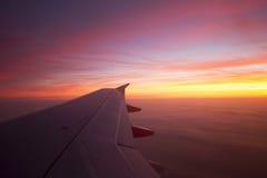 Όμορφη ανατολή από το παράθυρο αεροπλάνων Στοκ Φωτογραφία