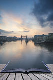 Όμορφη ανατολή αυγής πτώσης φθινοπώρου πέρα από τον ποταμό Τάμεσης και τον πύργο Στοκ φωτογραφίες με δικαίωμα ελεύθερης χρήσης