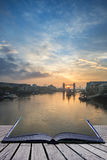 Όμορφη ανατολή αυγής πτώσης φθινοπώρου πέρα από τον ποταμό Τάμεσης και τον πύργο Στοκ Φωτογραφία