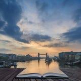 Όμορφη ανατολή αυγής πτώσης φθινοπώρου πέρα από τον ποταμό Τάμεσης και τον πύργο Στοκ φωτογραφία με δικαίωμα ελεύθερης χρήσης