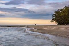Όμορφη ανατολή θάλασσας και ουρανού στο AO Prachuab Prachuap Khiri Khan Ταϊλάνδη Στοκ Φωτογραφίες